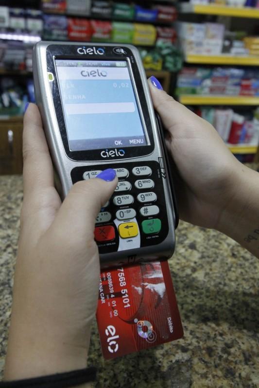 No ano, quem usa o rotativo do cartão de crédito paga juro de 441,76%