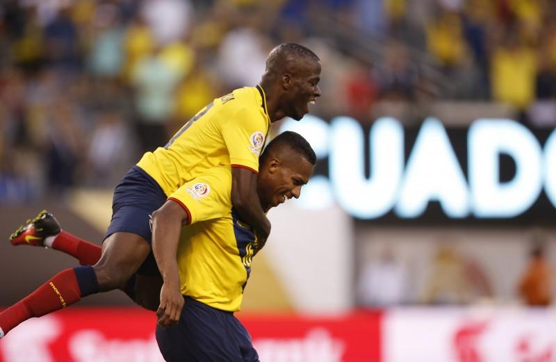 Antonio Valencia (à direita) comemora o quarto gol diante do Haiti