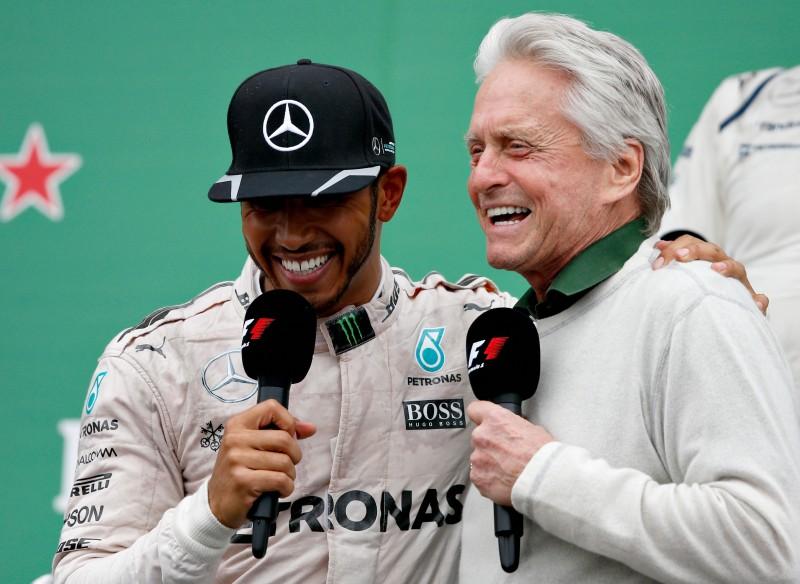 Hamilton comemorou a vitória ao lado do ator Michael Douglas