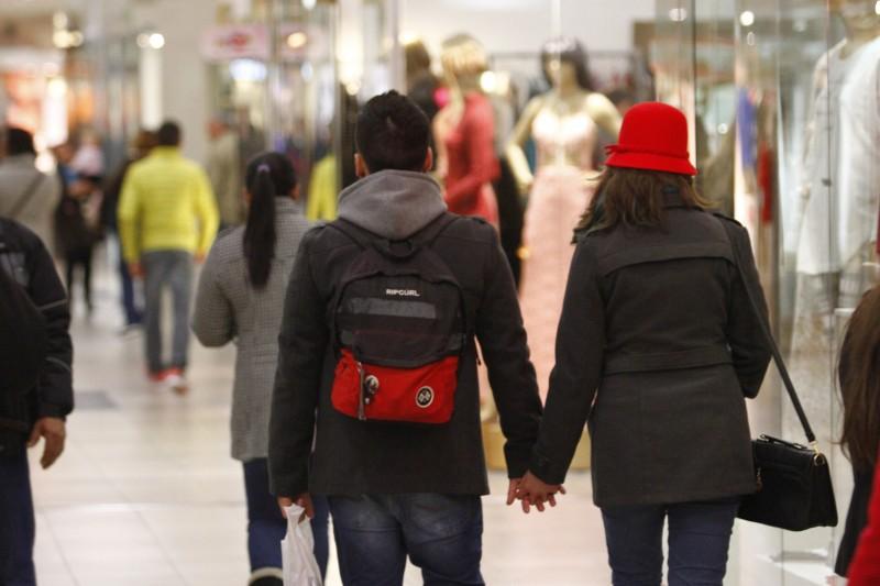 Movimentação do Dia dos Namorados no Shopping Total.