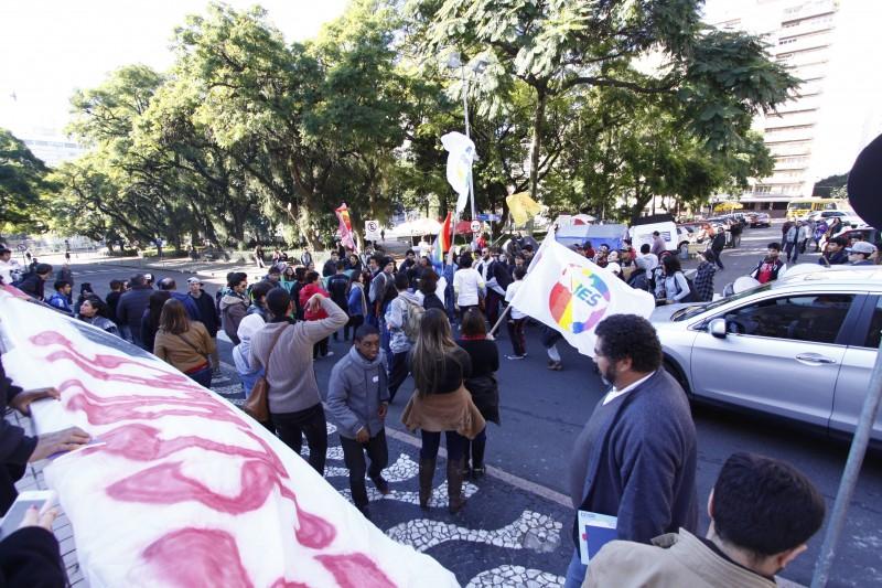 Ato unificado das escolas ocupadas no Estado na frente do Palácio Piratini    na foto: Manifestação na frente do Palácio do Piratini