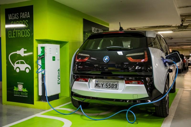 A BMW abriu 19 pontos de recarga em seis cidades brasileiras e planeja chegar a 70 até o final deste ano