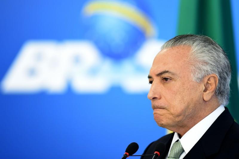 O presidente em exercício Michel Temer declarou que não deixará passar em branco ataques à sua honra