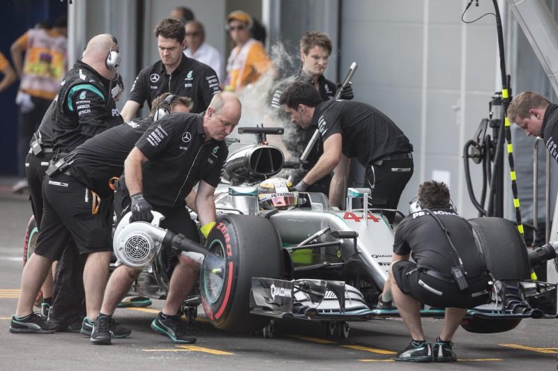 Hamilton esbarrou com a roda dianteira e quebrou a suspensão dianteira