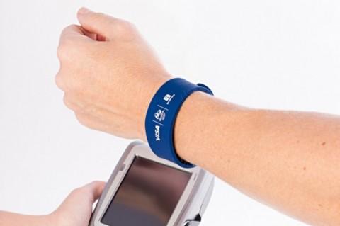 Bradesco e Visa lançam pulseira para pagamento por aproximação