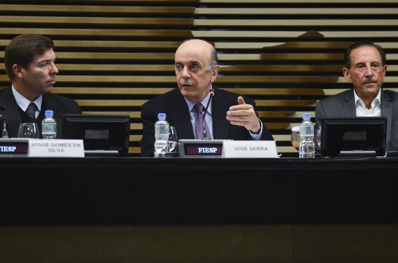 Em encontro com empresários na sede da Fiesp, Serra (centro) atacou adoção de prática de concessões