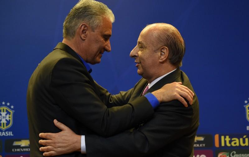 Após apoiar a saída de Del Nero, Tite foi abraçado pelo presidente da CBF