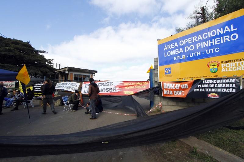 Municipários liberaram no fim do dia dia a entrada e saída de caminhões que retomam a coleta de lixo