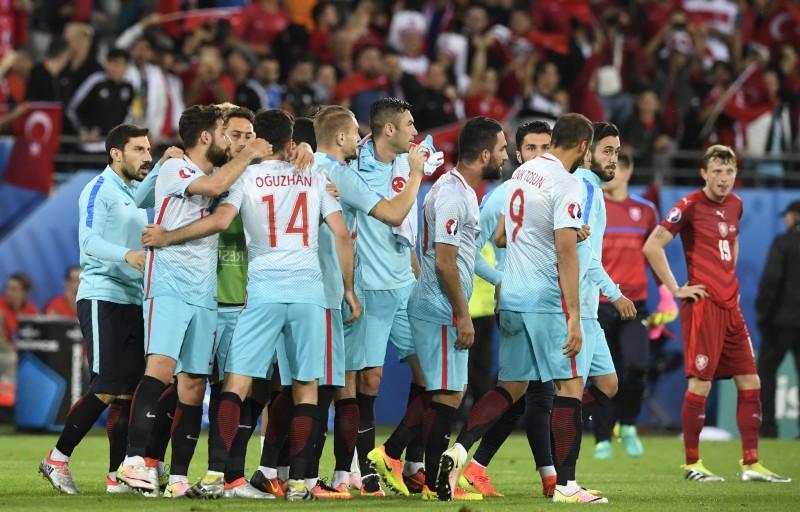 Turcos comemoram a vitória sobre a seleção da República Tcheca e sonham com a classificação para as oitavas