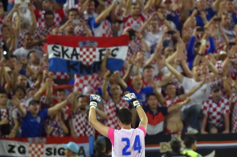 O goleiro Danijel Subasic comemora com seus compatriotas a vitória sobre a Espanha