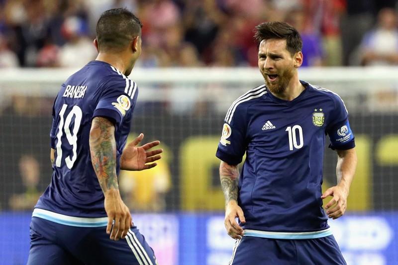 Com 55 gols, Messi (d) se consagrou o maior artilheiro da seleção principal da Argentina