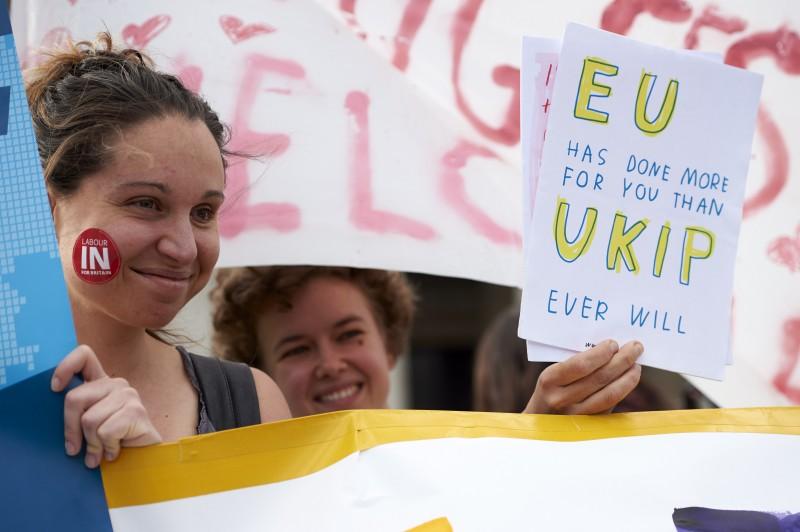 Jovens manifestantes pró-permanência mostram seus argumentos para o plebiscito