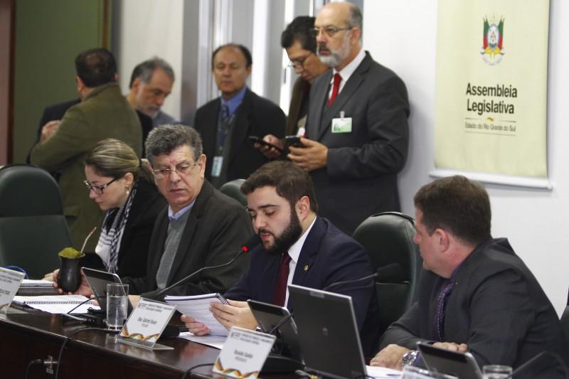 Souza (ao microfone) alegou crise econômica para contingenciamento