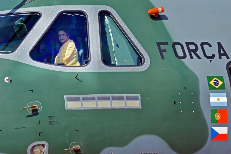 Brasília - A presidenta Dilma Rousseff, e o ministro da Defesa, Aldo Rebelo, durante apresentação da aeronave KC-390, novo avião cargueiro projetado pela Força Aérea Brasileira (FAB) (José Cruz Agência Brasil)