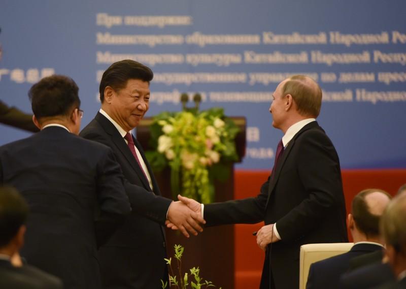 """Presidente russo definiu ao primeiro-ministro Xi Jinping que a relação como """"muito abrangente e estratégica"""""""