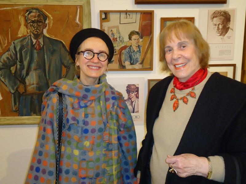 Rosane Moraes e Zoravia Bettiol, tendo ao fundo os autorretratos de João Fahrion