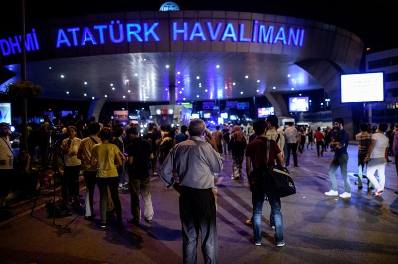 Pessoas esperam do lado de fora do aeroporto Ataturk, em Istambul