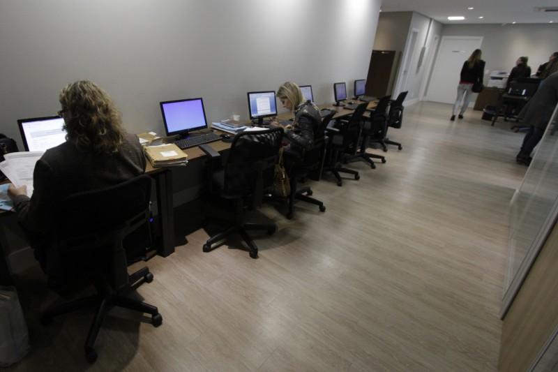 Computadores estão  adaptados para a utilização  do processo eletrônico