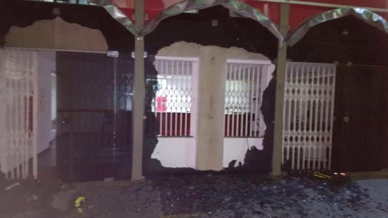 Alexandre Padilha postou uma foto da fachada depredada em sua conta no Twitter