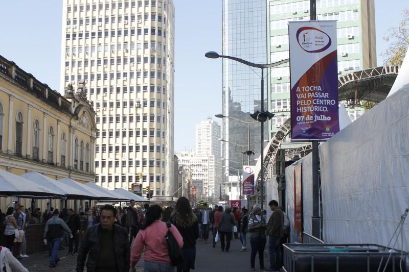 Placas sobre trajeto da tocha olímpica, que passa por Porto Alegre no dia 07/07    na foto: Largo Glênio Peres