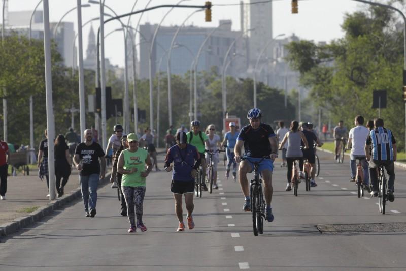 Ontem, centenas de esportistas ocuparam espaços abertos, como o calçadão da Usina do Gasômetro