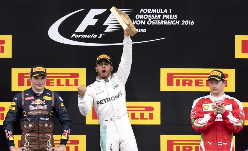 Britânico diminuiu a diferença para 11 pontos em relação o colega alemão no campeonato mundial de pilotos