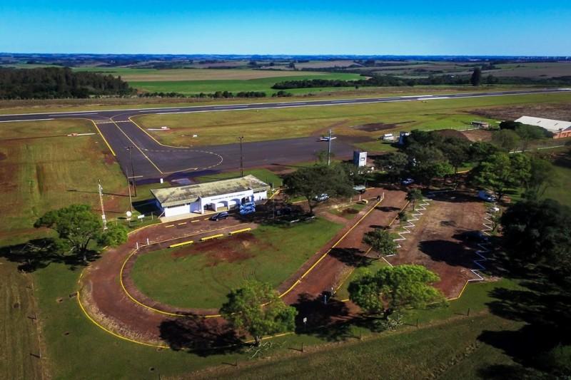 Vista aérea do Aeroporto Sepé Tiaraju, em Santo Ângelo, com pista restaurada