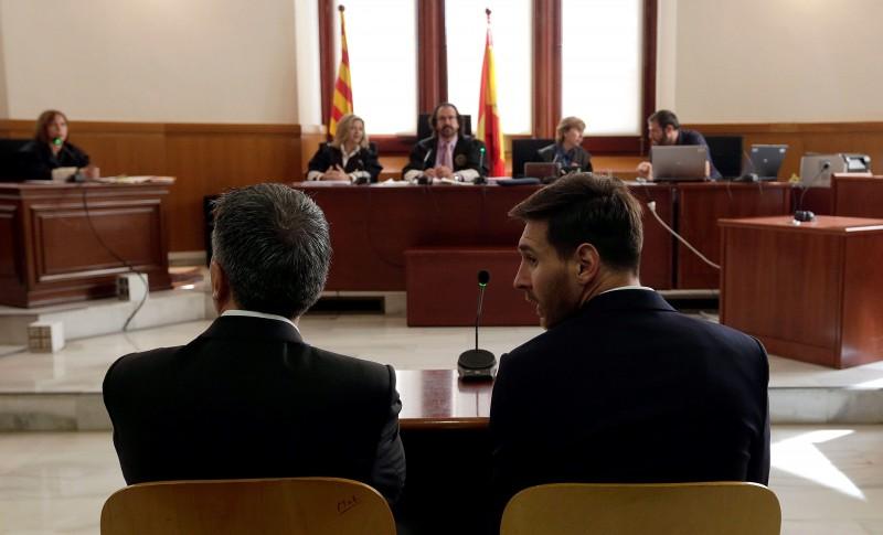 Camisa 10 do Barcelona acompanhou o julgamento ao lado do pai