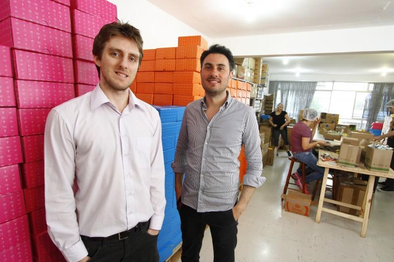 Pequenos empresários como Maicon Pelizzaro (à esq.), do Clube do Zero, sanam suas dúvidas