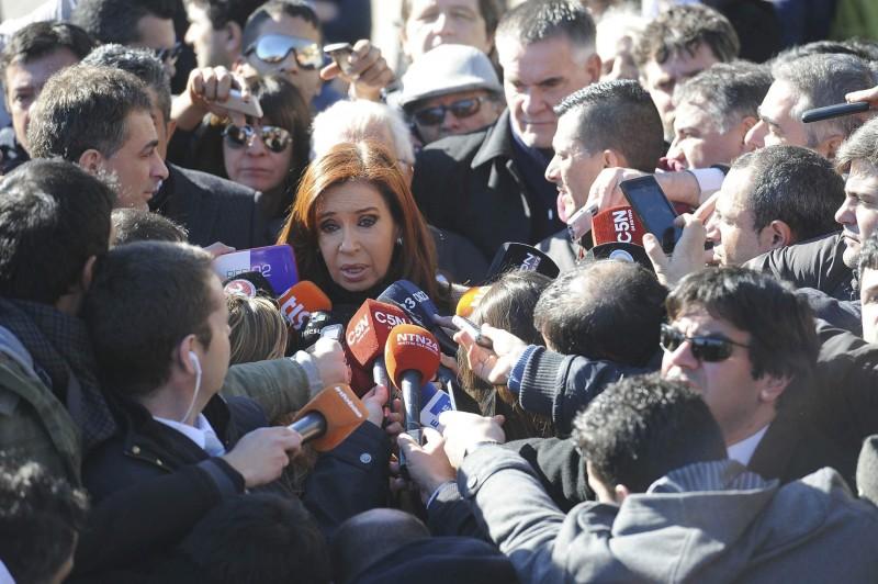 Na saída do tribunal Comodoro Py, ex-presidente argentina foi recebida por cerca de mil apoiadores