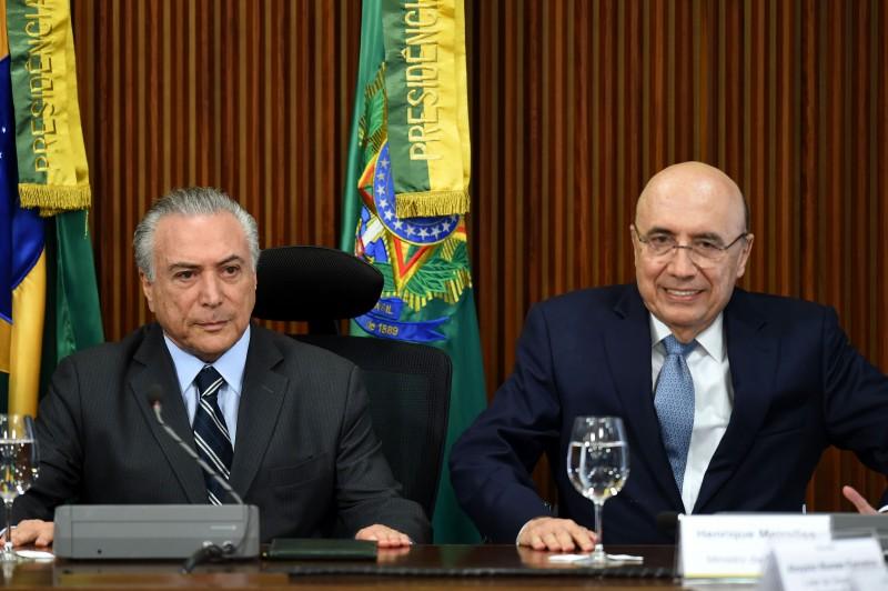 Meirelles (d) admite que o governo discute o aumentos dos impostos