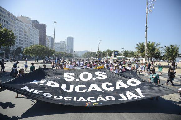 Rio de Janeiro - Profissionais da rede estadual de educação fazem ato na manhã de hoje (10) na praia de Copacabana, zona sul da capital, e pedem melhores condições de trabalho. (Tomaz Silva/Agência Brasil)