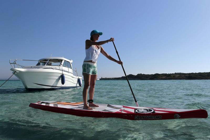 Águas cristalinas da baía de Piantarella chamam a atenção e encantam os turistas