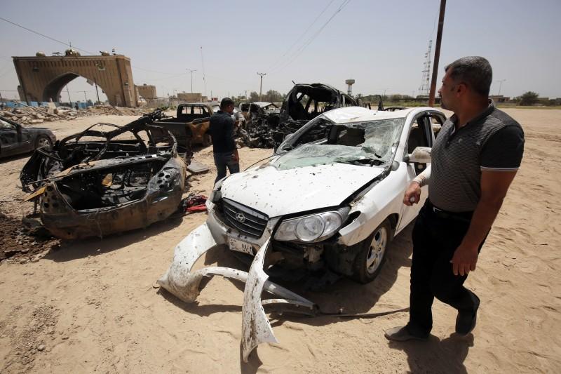 Um dos ataques matou pelo menos quatro pessoas em um posto próximo a Husseiniyah, nordeste de Bagdá. Um homem-bomba detonou um veículo equipado de explosivos