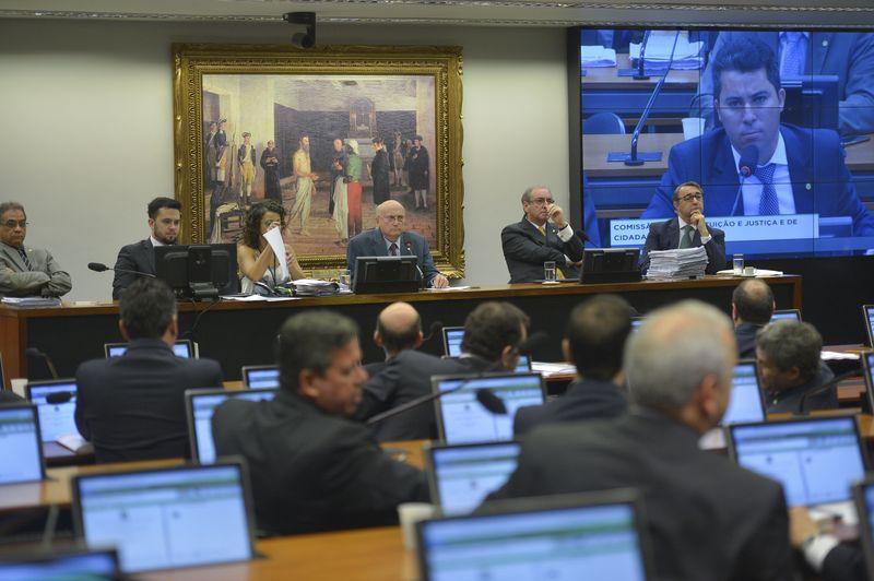Presidente da CCJ, Osmar Serraglio (ao centro), decidiu encerrar a sessão por volta das 17h20min