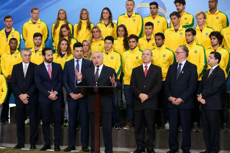 O presidente interino Michel Temer recebe delegação de atletas olímpicos em cerimônia no Palácio do Planalto