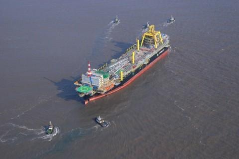 Petróleo fecha em alta, apoiado por dado da China e relatório dos EUA