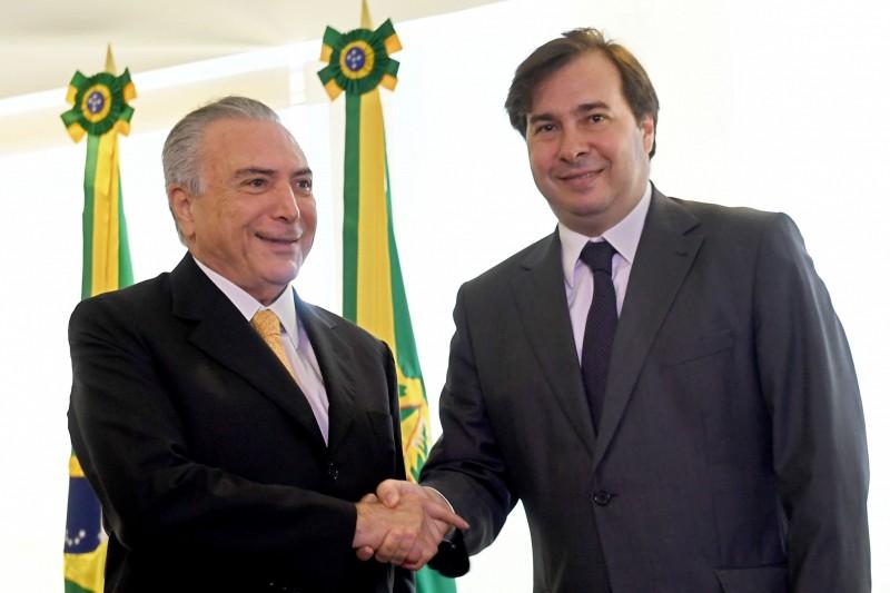Michel Temer cumprimenta Rodrigo Maia no Palácio do Planalto