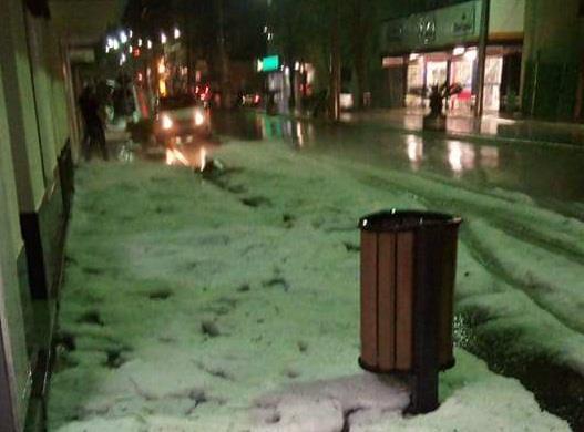 Em Não-Me-Toque, granizo formou um tapete branco nas ruas