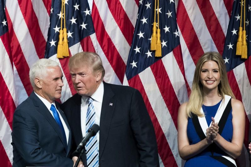Pence (e) e Trump (d) devem ser confirmados na chapa republicana na convenção que acontece na segunda-feira