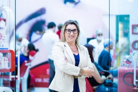 Luzia Costa, fundadora da Sóbrancelhas
