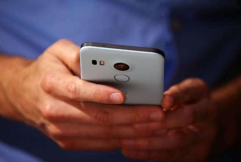 O hábito de deixar o celular desbloqueado é um dos comportamentos de risco identificados