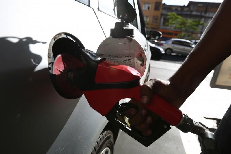 Consumidor paga 30% de imposto ao abastecer com gasolina