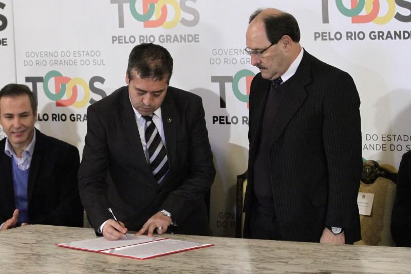 Nogueira assinou a prorrogação do PIS/Pasep em solenidade no Piratini