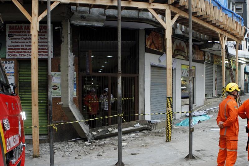 queda de uma marquise, ou viga, de um prédio em reformas na Rua Annes Dias causa uma morte e um ferido em estado grave nesta manhã, no centro da cidade