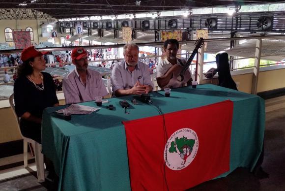João Pedro Stédile falou com a imprensa ao lado do violeiro Pereira da Viola e do coordenador do MST em Minas Gerais, Enio Bohmenberger