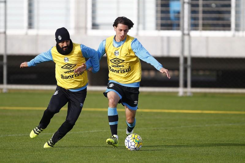 Douglas e Geromel durante o treino desta sexta (22) no CT Luiz Carvalho