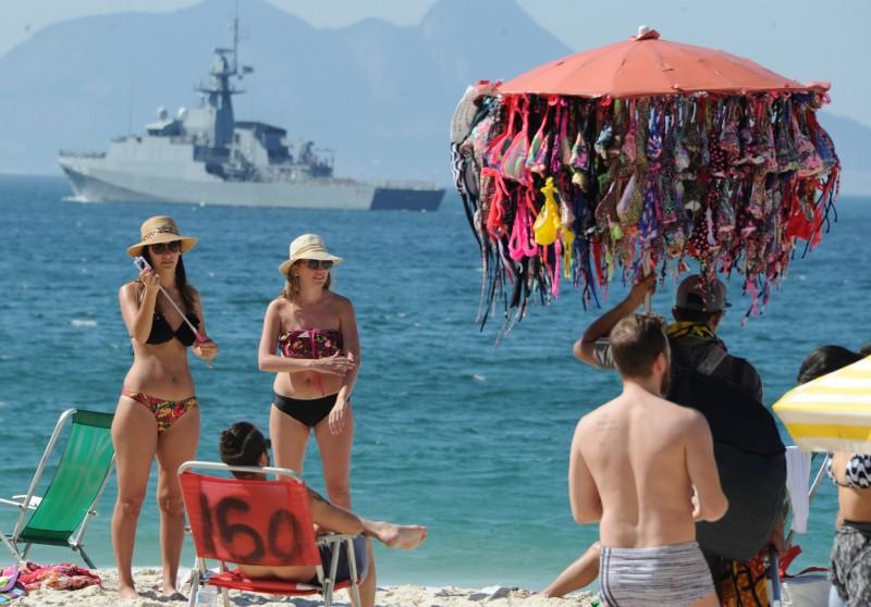 Em ritmo de Olimpíadas, Rio tem turistas na praia e vigilância no mar