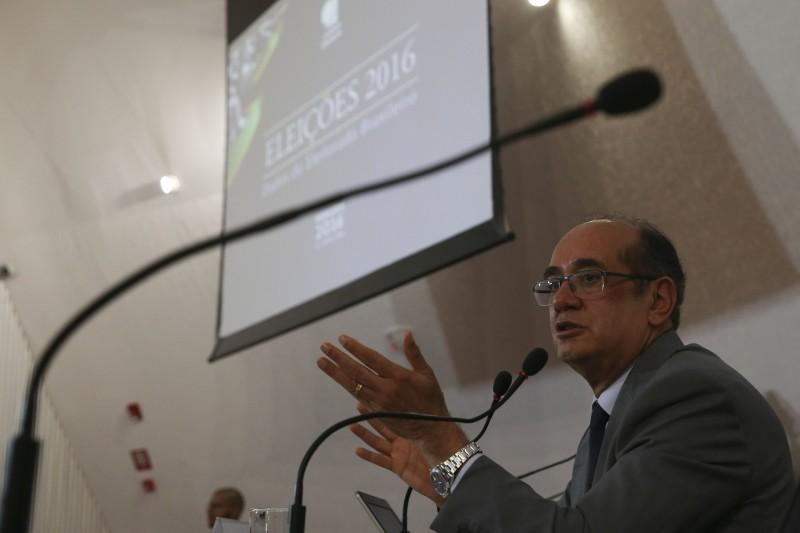 O presidente do Tribunal Superior Eleitoral (TSE), ministro Gilmar Mendes, fala aos jornalistas sobre eleições 2016