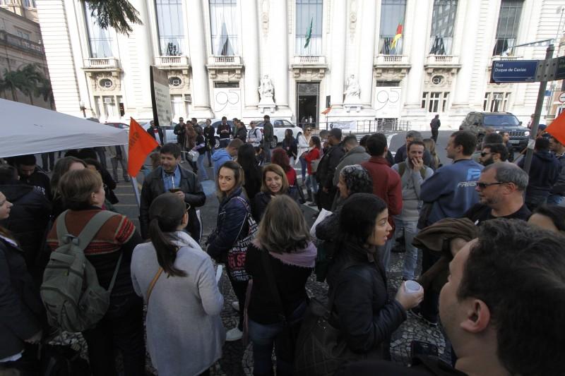 Presidente do SINDET, sindicato dos servidores do Detran-RS deu coletiva de imprensa na Praça da Matriz, após corte de ponto.